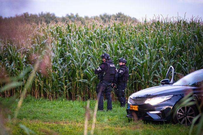 Zwaarbewapende agenten bewaken het perceel in Zwolle, waar de wapens zijn gevonden.
