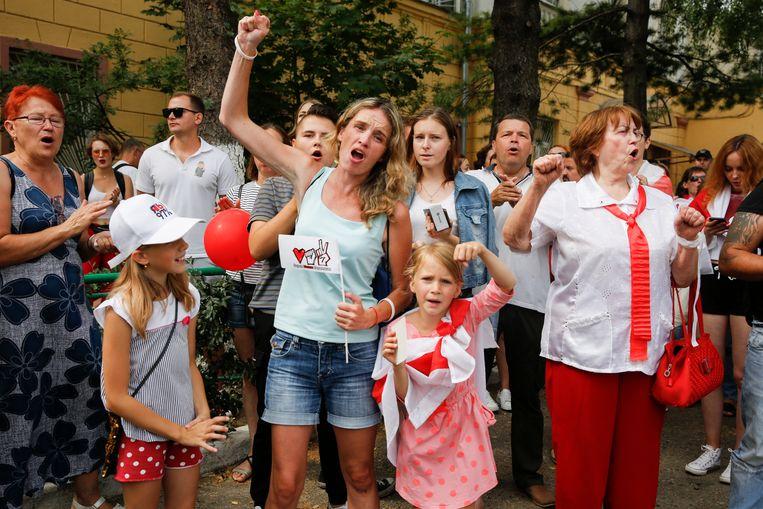 Mensen demonstreren in Minsk. Sinds de verkiezingen, die Loekasjenko zegt te hebben gewonnen, is het onrustig in het land. Beeld EPA