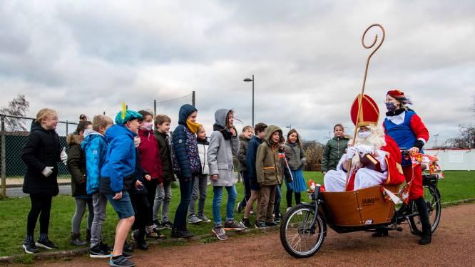Leerlingen basisschool De Schakel verwelkomen Sint aan atletiekpiste... in bakfiets