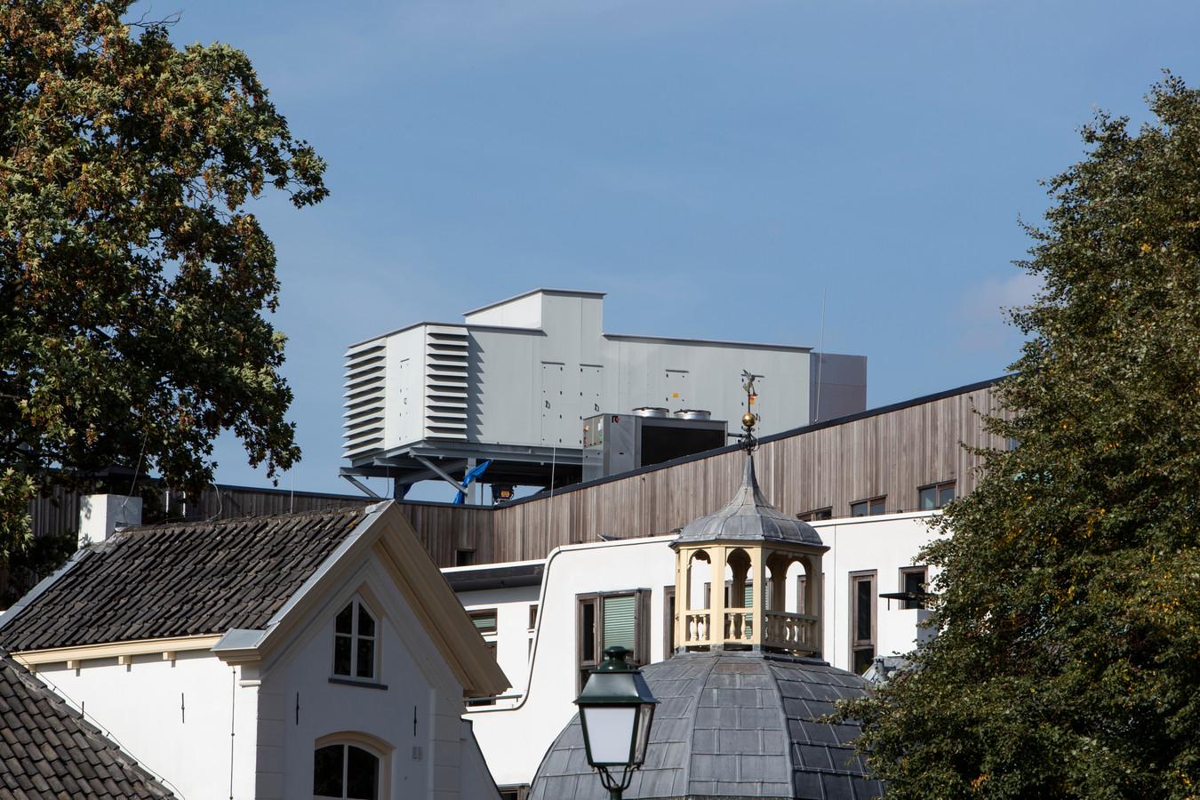 De illegale luchtbehandelingsinstallatie op het dak van het Zutphense stadhuis werd in de volksmond ook wel de UFO van Zutphen genoemd.