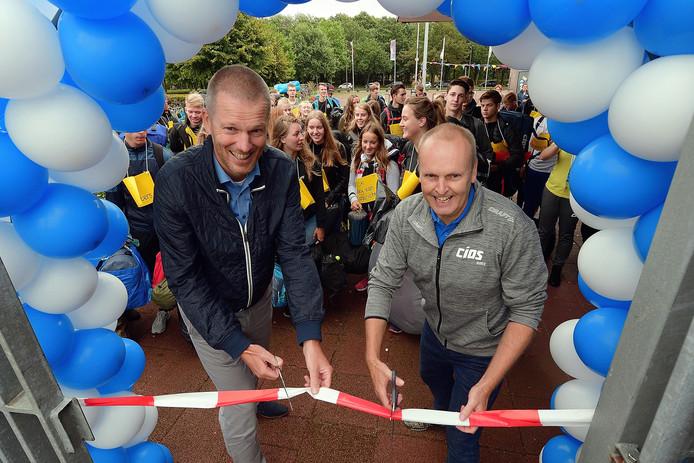 Officiële start CIOS Roosendaal met links beleidsadviseur Erik-Jan Blook van de gemeente Roosendaal en rechts Cios-directeur Ronald Klomp.