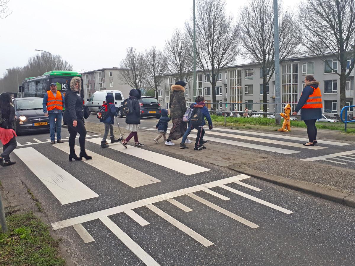 School De Regenboog zet klaarovers in om kinderen de omleidingsroute over te laten steken.