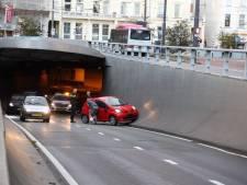 Het is weer raak in Arnhemse 'brokkentunnel': Auto botst tegen betonnen wand<br>