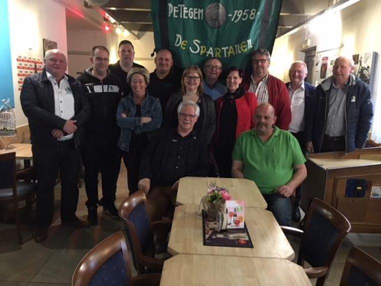 Green Army vertrekt met de partybus aan café New Derby in Deinze.