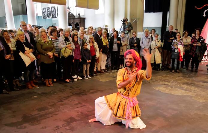 KunstOnder1Dak met dans in de Sint jan in Roosendaal     foto : pix4profs/gerard van offeren