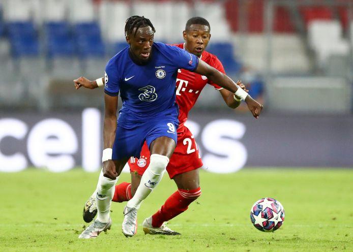 Chelsea's Tammy Abraham passeert Bayern's David Alaba.