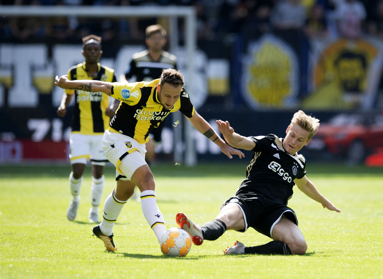 Roy Beerens in duel met Ajacied Frenkie de Jong. De aanvaller miste vrijdag de training. Coach Leonid Sloetsksi hoopt dat hij fit is voor de wedstrijd tegen PEC Zwolle.