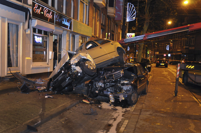 Een dronken automobilist botste in 2012 aan de Nieuwe Binnenweg in Rotterdam bovenop een andere auto. De nieuwe veiligheidsmaatregelen zouden ongelukken als deze moeten voorkomen.