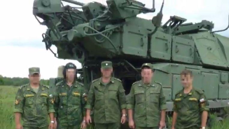 Beelden van Russische militairen uit de video waarin het onderzoeksteam Bellingcat, dat de gezichten onherkenbaar heeft gemaakt, zijn rapport over de MH17-ramp aankondigt. Beeld Bellingcat