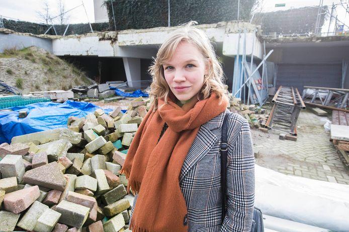 Schrijfster Lucia van den Brink op de plek van de afgebroken vleugel van het oude stadhuis van Zoetemeer.
