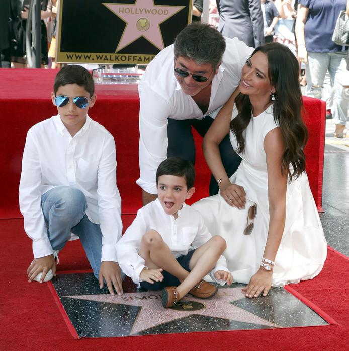 Simon Cowell met zijn partner Lauren Silverman, hun zoon Eric (midden) en Laurens zoon Adam.