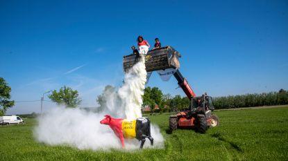 Europese boeren protesteren tegen melkoverschot met melkpoederwolk in Laarne