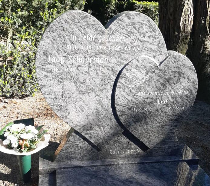Onbekende dieven roofden vorig weekend waardevolle spullen van een graf in Nijkerk