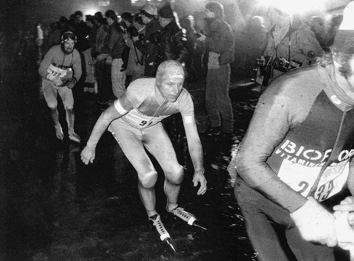 Jan Roelof Kruithof begint in 1985 eindelijk aan de Elfstedentocht waar hij 5000 dagen geduldig op gewacht had. Op 48-jarige leeftijd bleek de keizer van de marathons echter niet langer opgewassen tegen de mannen van de nieuwe generatie.