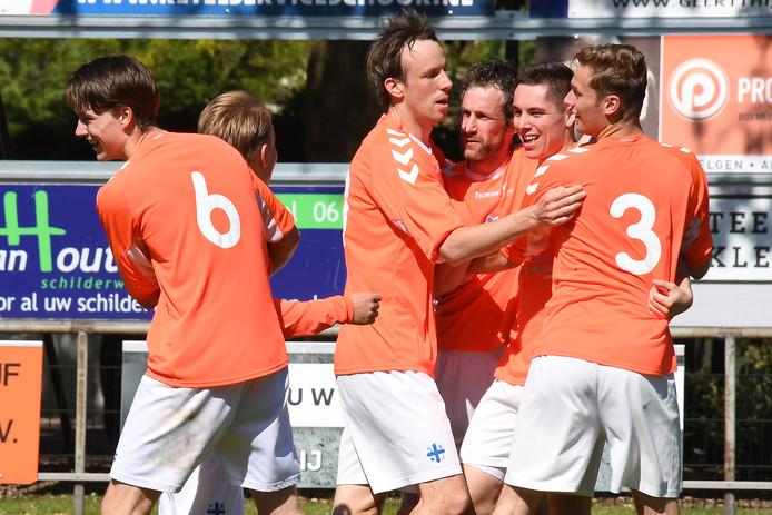 De spelers van Gassel juichen na een doelpunt tegen Estria.