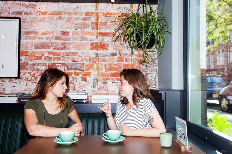 'Zussentaal', noemen Samantha en Sharon het als ze samen praten. Beeld Renate Beense
