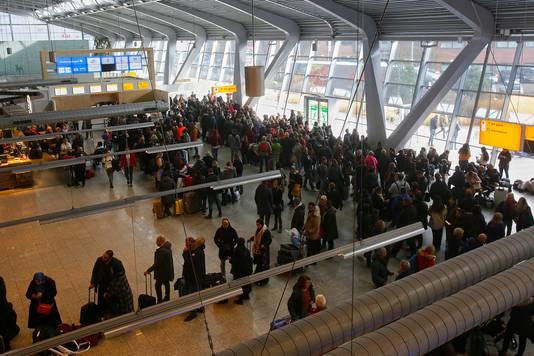 Het was druk in de aankomsthal door de vele vertraagde vluchten.