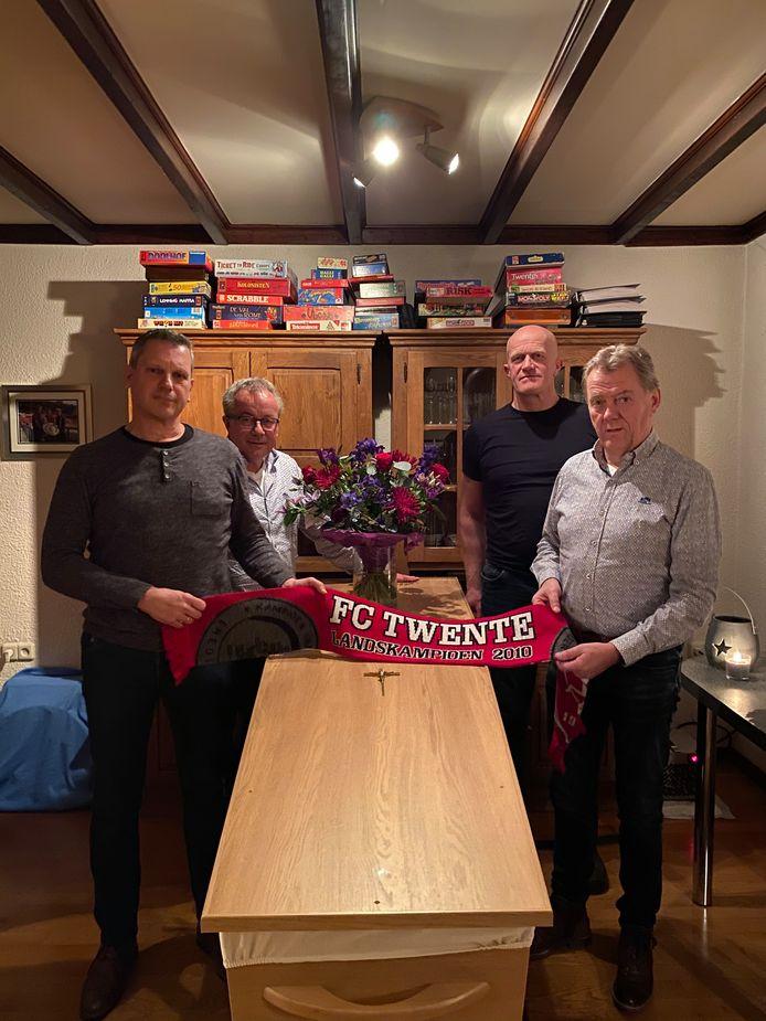 Donald Koomen, Marcel van de Plas, Rien Roeteveld en Arno Kruders (vlnr) leggen de kampioens-shawl van FC Twente op de kist met Peter Mos. De overleden Hengeloër en zijn vrienden zaten in vak 310 van de Grolsch Veste.