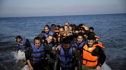 Vluchtelingen en migranten blijven toestromen op overbevolkte Griekse eilanden: dit weekend meer dan 200 migranten opgepakt in Egeïsche Zee