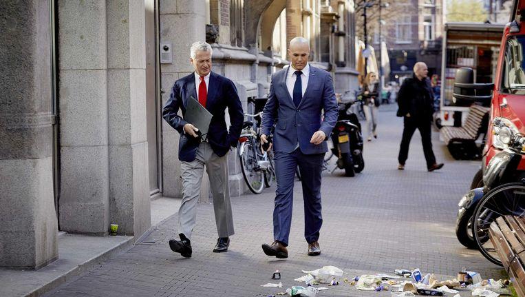 Moszkowicz loopt door Den Haag met Kamerlid Joram van Klaveren. Beeld anp
