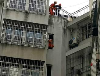 Brandweer moet meisje redden dat vastzit in raam op zesde verdieping