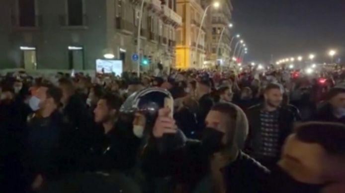 Heurts à Naples entre la police et des centaines de jeunes opposés au couvre-feu.