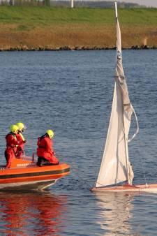 Zeilbootje slaat om in Schelde-Rijnkanaal