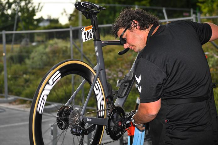 Mecanicien Martijn van Schaijk uit Helmond kijkt de fiets van Michael Valgren na.