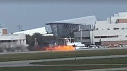 Privéjet vat vuur tijdens landing zonder landingsgestel in VS