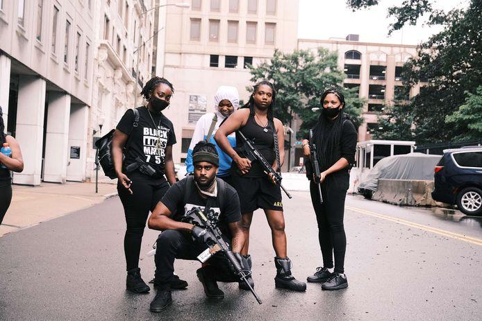 Leden van de militie BLM757 die de protesten van Black Lives Matter willen beschermen.