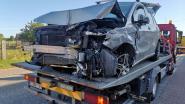 Bestuurder verliest controle over stuur langs Espenhoek: afgebroken elektriciteitspaal valt net naast geparkeerde wagen