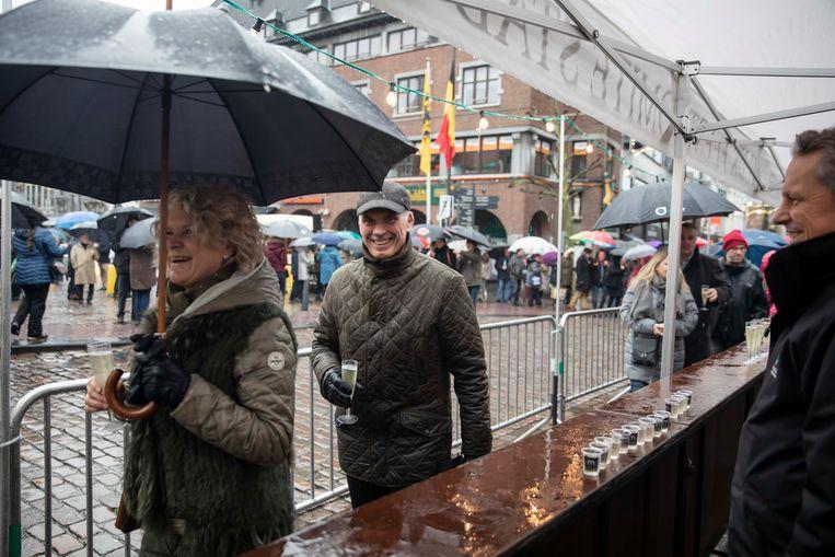 Glazen cava en druppels jenevers staan op de toog waarmee de Hasselaren klonken op het nieuwe jaar en op hun nieuwe burgemeester.