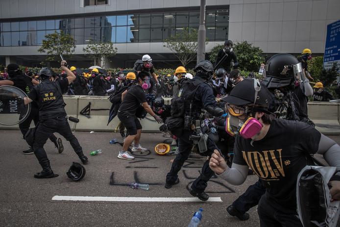 Oproerpolitie treedt op tegen betogers in de wijk Kwun Tong in Hongkong.