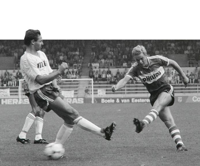 Frans van Rooij in actie tijdens PSV - FC Haarlem in Eindhoven.