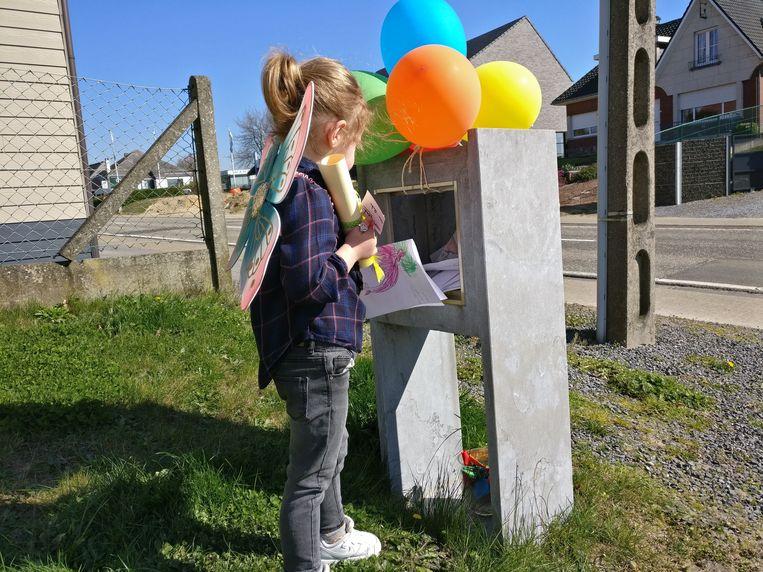 Leah (3) vond veel kaartjes en tekeningen in de brievenbus.
