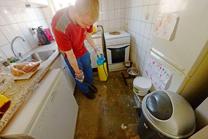 De calamiteitendienst Dolmans maakt deze woensdag woningen schoon. Medewerker David is hier aan de slag in een woning aan de Kremersmaten