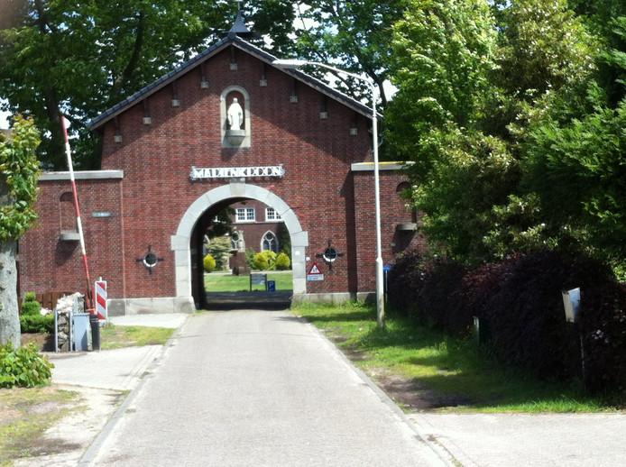 De toog in de toegangspoort van abdij Mariënkroon in Nieuwkuijk is te laag voor brandweervoertuigen. Er komt nu een extra 'calamiteitenweg',  waarvoor een deel van de monumentale abdijmuur weggehaald moet worden.