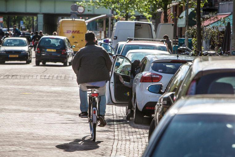 'Vrijwel altijd loopt het goed af tussen fietsers en deuren, lijkt het' Beeld Floris Lok