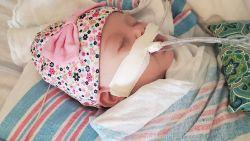 Moeder deelt hartverscheurende foto's van baby met coronavirus