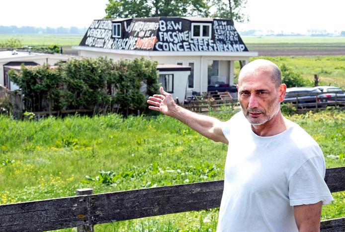 Een kampbewoner van het kampje aan Molenland is kwaad op de gemeente en heeft het dak van zijn woonwagen ondergekalkt met leuzen.