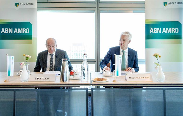 Gerrit Zalm, in 2016 nog voorzitter van de Raad van Bestuur, en zijn opvolger Kees van Dijkhuizen, toen nog Chief Financial Officer (CFO). Ze geven hier samen een toelichting op de jaarcijfers 2015 van ABN Amro. Beeld ANP, Robin van Lonkhuijsen