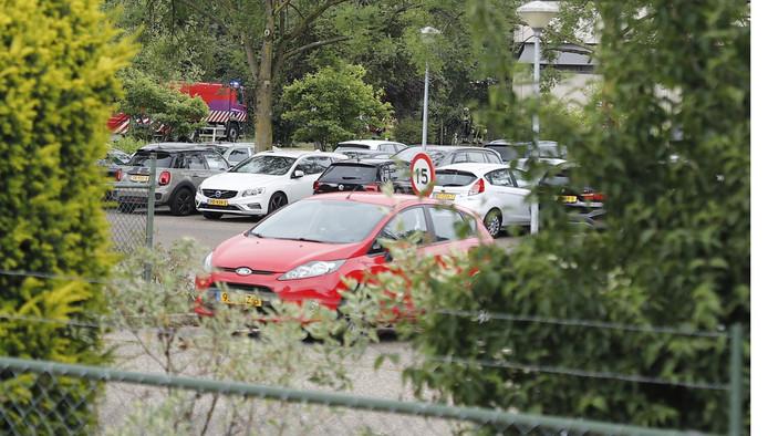 Brandweer rukt uit vanwege een brand in het laboratorium van Nutreco in Boxmeer.