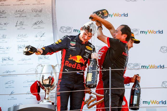 Max Verstappen en Toyoharu Tanabe, technisch directeur van Honda, vieren de overwinning in de GP van Oostenrijk in 2019.