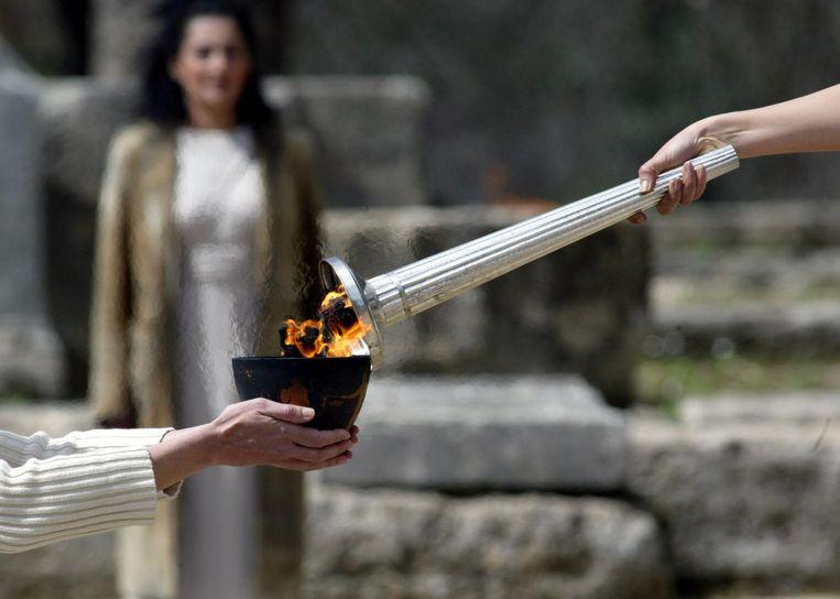 Het olympisch vuur wordt ontstoken voor de Spelen van 2004 in Athene. Beeld afp