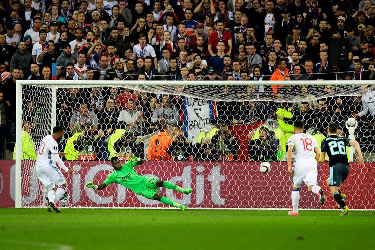 Alexandre Lacazette van Olympique Lyon scoort de 1-1 uit een strafschop Beeld null
