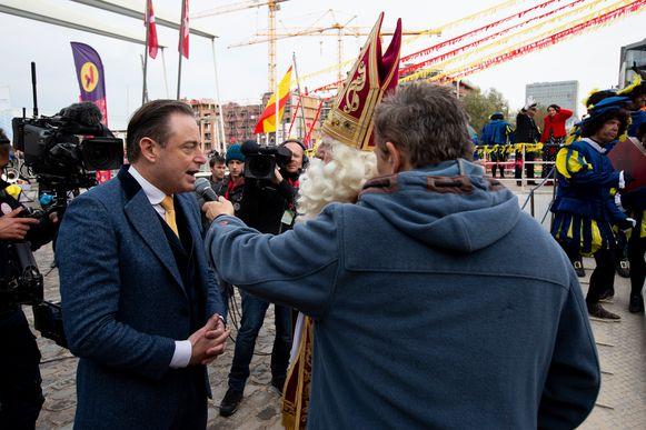 Bart De Wever in conversatie met de Sint.