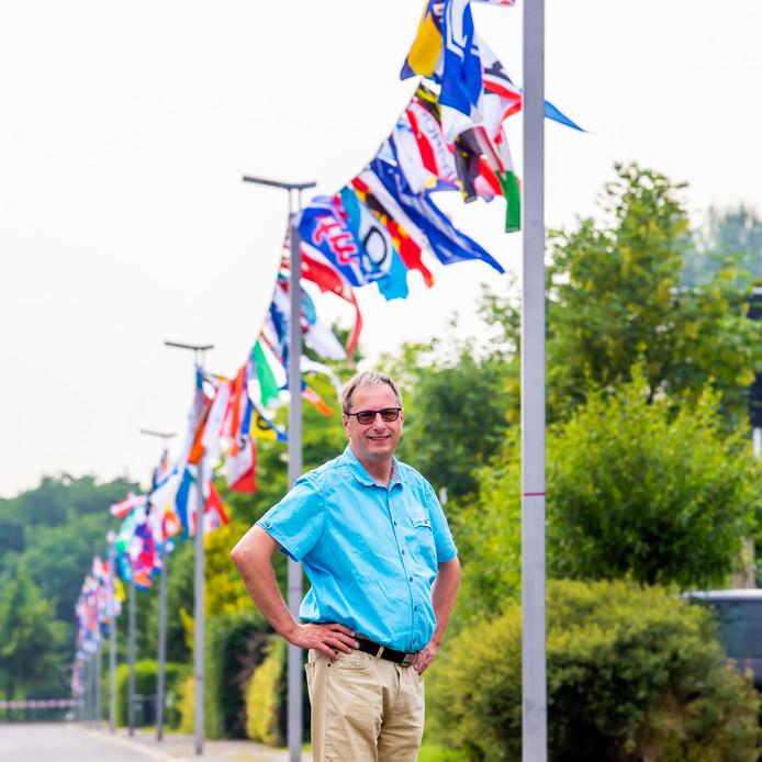 Bram Deurwaarder bij de feestelijke vlaggenlijn.