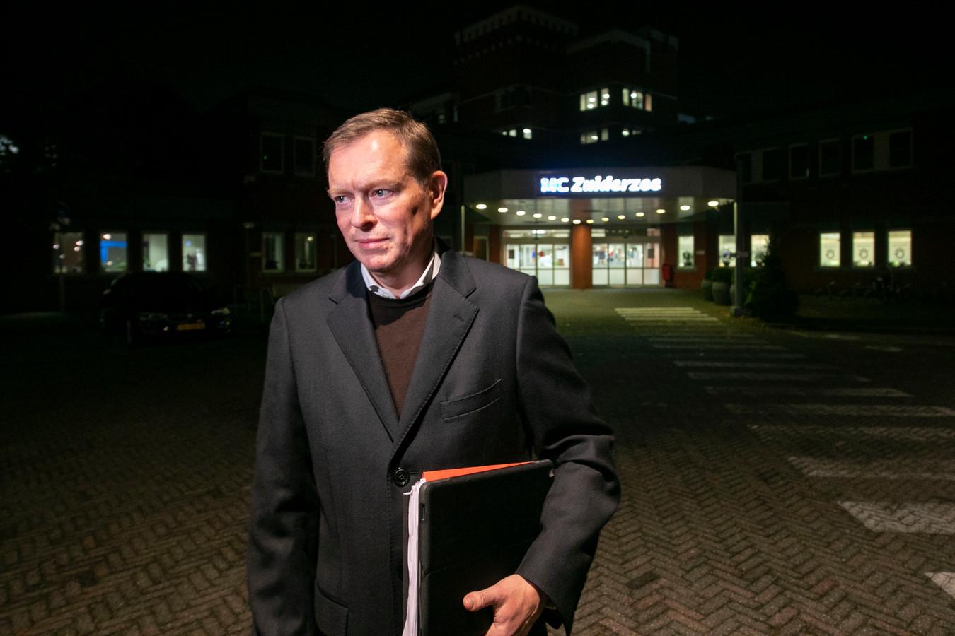 Minister Bruins voor het ziekenhuis in Lelystad dat volgens hem geen volwaardige doorstart kan maken.