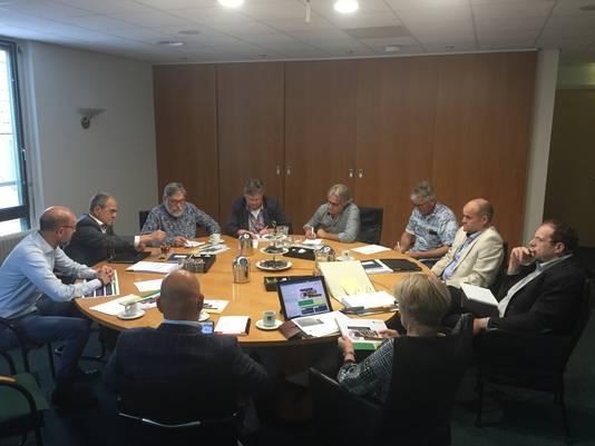 Volop belangstelling van de lokale pers bij de presentatie van Vitale Kernen in Sint Anthonis. Van links naar rechts: Mark Hendriks (projectleider), wethouder Jos Raemaekers, Kees de Bruijn (Maasdriehoek), Twan Dohmen (De BoK), Henk Baltussen (Boxmeers Weekblad), Hai Voeten (De Gelderlander), wethouder Hub Bellemakers, wethouder Wouter Bollen, burgemeester Marleen Sijbers en Piet Wanrooij (secretaris).