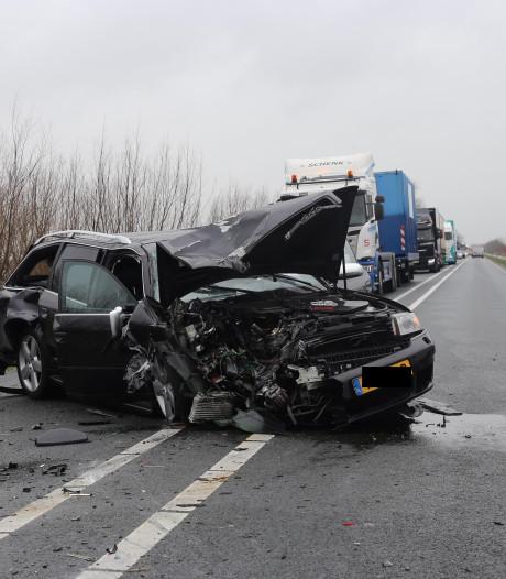 Bestuurder knalt op voorganger op N201 in Vinkeveen: drie gewonden en flinke ravage